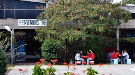 En Valdense, un hermoso patio con canteros tupidos de árboles y flores hace del liceo algo más que un lugar de paso.