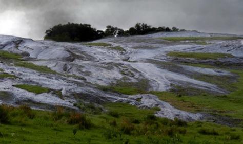 Un impensado mar de piedra en el Cerro de los Conventos.